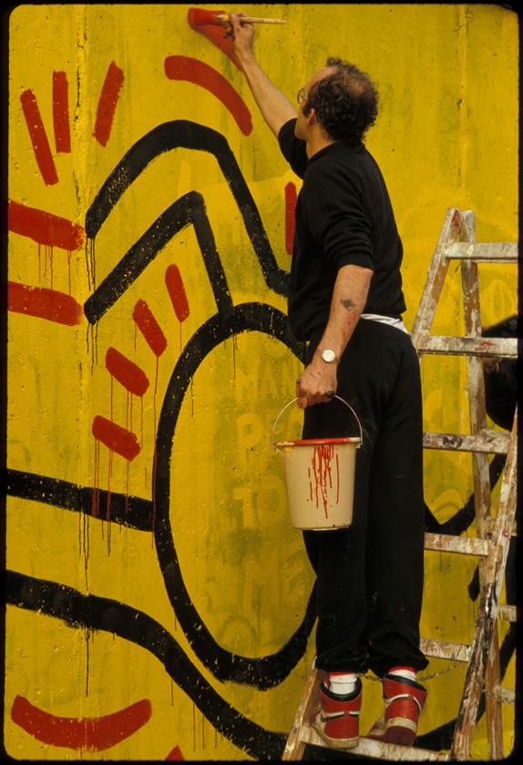 Keith Haring painting the Berlin Wall